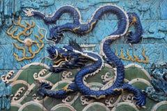 在九条龙墙壁上的一条蓝色恐怖的龙 库存图片