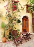 在九重葛中的传统街道在chanya城市希腊 库存照片