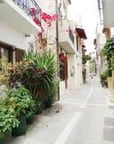在九重葛中的传统街道在rethymno城市希腊 库存照片
