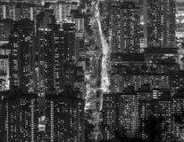 在九龙半岛视图的密集的高层住宅从信标岗在晚上,香港 免版税库存图片