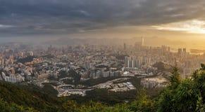 在九龙半岛视图的密集的高层住宅从信标岗在晚上,香港 库存照片