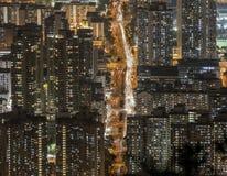 在九龙半岛视图的密集的高层住宅从信标岗在晚上,香港 图库摄影