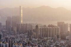 在九龙半岛视图的密集的高层住宅从信标岗在晚上,香港 免版税库存照片