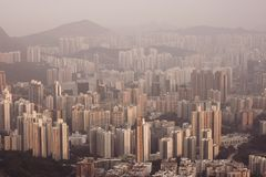 在九龙半岛视图的密集的高层住宅从信标岗在晚上,香港 库存图片