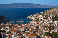 在九头蛇海岛,爱琴海的游艇小游艇船坞的顶视图 免版税图库摄影