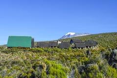 在乞力马扎罗山的小屋,高山在非洲 库存图片