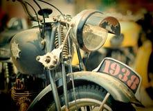 在习惯汽车和自行车的令人敬畏的自行车显示芭达亚 免版税图库摄影