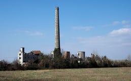 在乡下中间的老被放弃的工厂 库存照片