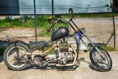 在乡下停放的一辆老摩托车 免版税库存图片