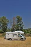 在乡下停放的露营者货车 免版税库存照片