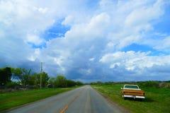 在乡下公路一边的老卡车 库存图片