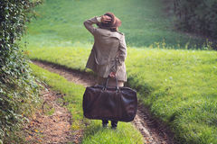 在乡下公路失去的端庄的妇女 免版税库存图片