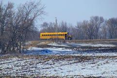 在乡下公路的一辆校车 库存图片