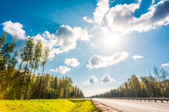 在乡下公路的午间太阳 免版税库存照片