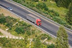 在乡下公路的卡车 免版税库存照片