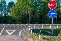 在乡下公路的强制停车牌 库存照片