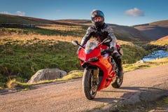 在乡下公路的摩托车 免版税图库摄影