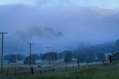 在乡下公路的有雾的黎明 免版税图库摄影