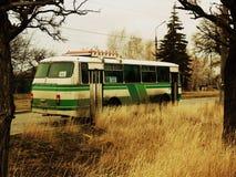 在乡下公路的老公共汽车 免版税库存图片