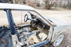 在乡下公路的老被拆卸的汽车 免版税库存图片