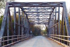 在乡下公路的老铁金属桁架桥 免版税库存图片