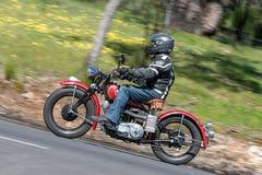 在乡下公路的葡萄酒印地安摩托车 免版税库存图片