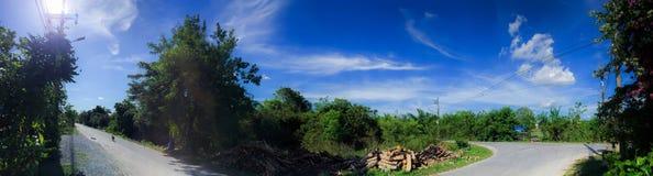 在乡下公路的蓝天在泰国 免版税库存图片