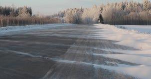 在乡下公路的风吹的雪 冬天冷淡的天 股票视频
