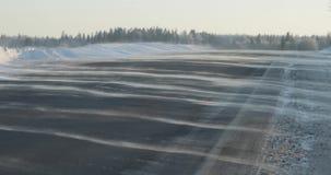 在乡下公路的风吹的雪 冬天冷淡的天 影视素材