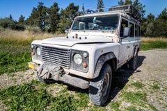 在乡下公路的SUV在森林附近的森林里 免版税库存照片