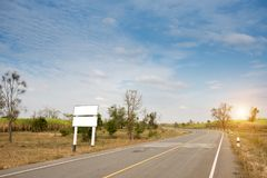 在乡下公路边缘的空白的白色广告牌 免版税图库摄影