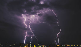 在乡下城市的闪电风暴在晚上在泰国 免版税库存照片