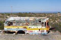 在乡下放弃的生锈的守旧派公共汽车 库存图片