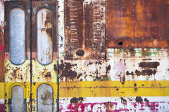 在乡下放弃的生锈的守旧派公共汽车 免版税库存照片