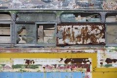 在乡下放弃的生锈的守旧派公共汽车 图库摄影