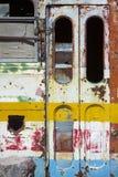 在乡下放弃的生锈的守旧派公共汽车 免版税图库摄影