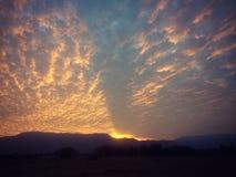 在乡下明亮地色的风景的黄昏 免版税图库摄影