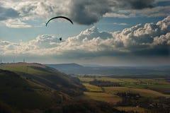 在乡下横向滑翔伞之上 免版税库存图片