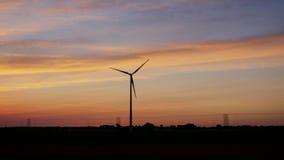 在乡下的日落有造风机的 从一辆旅行的汽车的窗口的看法 股票录像