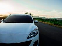 在乡下路的汽车 免版税图库摄影