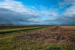 在乡区上的黑暗的云彩 库存图片
