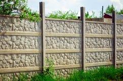 在乡间别墅附近的现代具体篱芭 免版税库存图片