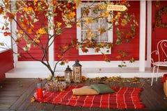 在乡间别墅的游廊的秋天野餐 免版税库存照片