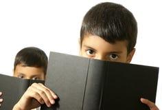 在书后的孩子 免版税图库摄影