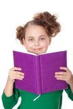 在书女孩查找微笑之后 免版税库存照片