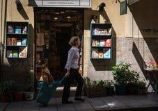 在书店前面的妇女步行 免版税库存照片
