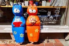 在书店前面的猫模型 库存图片