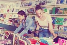 在书店的家庭 图库摄影