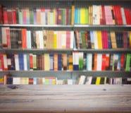 在书抽象迷离背景的木桌在架子的 库存照片