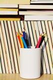 在书旁边的蜡笔 免版税库存图片